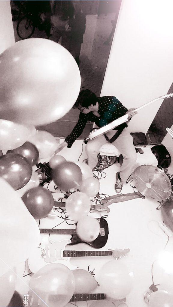 """Martin Hiller alias Huey Walker spielt seine Installation """"Ballooons"""" für Gitarren und Luftballons, Cubic, Greifswald, 2018"""